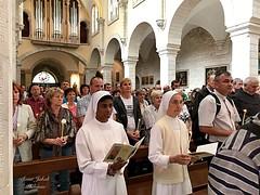 13 - Zarándokok a Szent Katalin templomban - gyertyás menet / Pútnici v Kostole sv. Kataríny