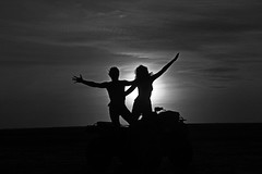 Juntos en el paraiso (alestaleiro) Tags: pareja casal silouhettes sol contraluz monocromo monochrome bianconero pb bw corpos bodies cuerpos siluetas compartir atardecer tramonto pôrdosol jeri ceará brasil alestaleiro juntos insieme couple jericoacoara amor love