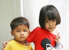 protective sister (the foreign photographer - ฝรั่งถ่) Tags: two children brother sister protective khlong thanon portraits bangkhen bangkok thailand canon kiss