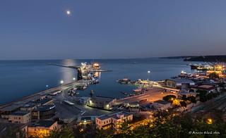 Sale la lunsa sul porto . Salt the moon on the harbor