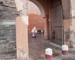 _MG_21197.20121127.5dm2 (Cees Willems) Tags: morocco moroccan maroc marokko marrakesh city people red orange wall contrast colour color veil woman men street streetphotography pink walls ancient fortress sahara desert saharadesert view africa african vacation ceeswillems 5dm2 35l