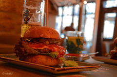 Foodtime (martin bildermacher) Tags: burger foodtime food indoor sandwich lebensmittel nikon d5100 bier tee