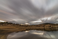 Carreras de nubes. (Amparo Hervella) Tags: agua embalsedelburguillo ávila españa spain nube naturaleza roca montaña color atardecer reflejo largaexposición d7000 nikon nikond7000 comunidadespañola