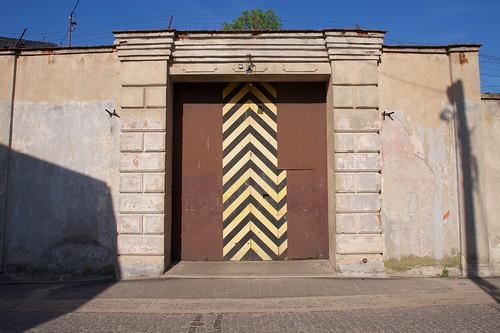 Zachodnia brama (Pocztowa) dawnego więzienia w Łęczycy