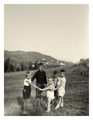 papà con i gemelli... 1940 c. (dindolina) Tags: fotografia photo blackandwhite bw biancoenero monochrome monocromo family famiglia agostinovignato gemelli twins italy italia anniquaranta 1940s