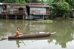 grandpa in his boat (the foreign photographer - ฝรั่งถ่) Tags: grandpa boat khlong thanon portraits bangkhen bangkok thailand canon