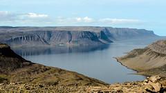 In den Westfjorden (Panasonikon) Tags: panasonikon island iceland landschaft landscape nikond5100 nikkor55300 westfjorde meer sea küste steilküste ufer wüste karg bucht bay fjord bíldudalur endederwelt