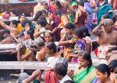 Colors of Varanasi... (geolis06) Tags: geolis06 asia asie inde india uttarpradesh varanasi benares gange ganga pelerin pilgrim pelerinage pilgrimage hindu hindou offering priere prayer rituel rite inde2017 olympus olympusm75300mmf4867ii banaras