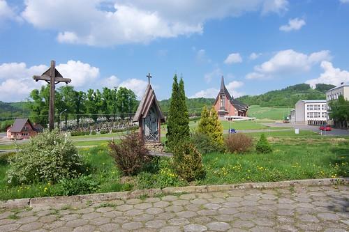Cmentarz i nowy kościół Wszystkich Świętych w Bliznem z terenu starego