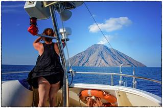 Stromboli , la turista e ... il  colpo di vento ...