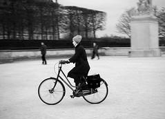 Anacronismo (no sabemos cómo llamarnos) Tags: street rue calle streetphotography photoderue urbanphotography fotourbana fotocallejera bike bici bicicleta bicyclette mujer femme woman blancoynegro blackandwhite bw noiretblanc monochrome monocromático anacronismo