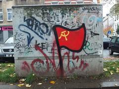 die rote fahne (mkorsakov) Tags: dortmund nordstadt nordmarkt graffiti tagging character stromkasten flagge flag hammerundsichel