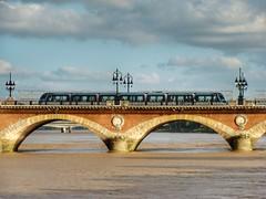 Pont Pierre (sander_sloots) Tags: pont pierre bordeaux france tram tramway aps bridge brug tramlijn lantaarns streetlamps réverberes alstom citadis garonne rame voertuig