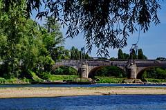 1219 Val de Loire en Août 2017 - Tours, au bord de la Loire au Pont Wilson (paspog) Tags: tours loire valdeloire france pontwilson pont bridge brücke reivière fleuve river fluss water eau wasser august août 2017