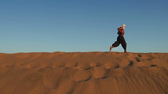 Desert and Run like the Wind (Eye of Brice Retailleau) Tags: angle beauty composition landscape nature outdoor panorama paysage perspective scenery scenic view extérieur ciel blue sky path chemin camino sand dune dunes hill south america peru perou huacachina ica desert people sunny sable flat line hiking backpacking running jogging