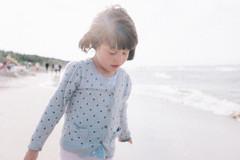 love (faded blue) Tags: kid children oof out focus sea sun light fuji x100s portrait noise