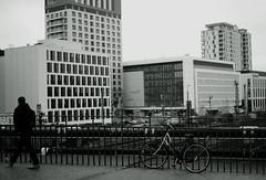 @Düsseldorf Wehrhahn (Amselchen) Tags: bicycle people city cityscope düsseldorf street sidewalk winter urban architecture germany citylife bokeh dof depthoffiels sony a7rii alpha7rm2 zeiss carlzeiss sonnart1855 sonnar5518za sonyilce7rm2 fe55mmf18za