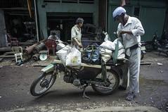 (kuuan) Tags: voigtländerheliarf4515mm manualfocus mf voigtländer15mm aspherical f4515mm superwideheliar sonynex5n apsc hochiminhcity hcmc saigon vietnam street workshop chinatown metal cholon motorcycle cargo load