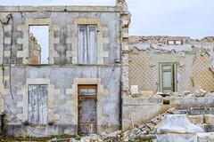 Une lichette d'huile de coude et ce sera comme neuf ! (Isa-belle33) Tags: urban urbain city ville wall mur old ancien windows fenêtres door porte château castle fuji fujifilm