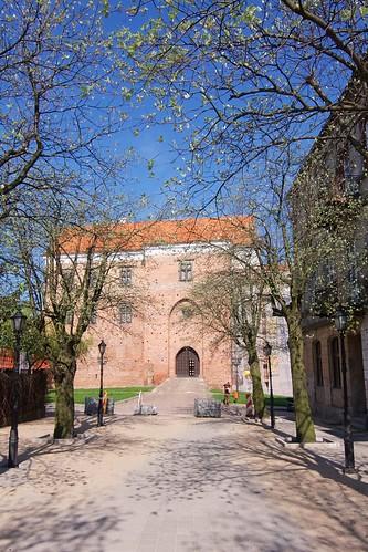 Wieża bramna zamku w Łęczycy z Zamkowej