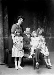 La famiglia del principe Nicola di Grecia (WGABRY) Tags: photography portrait family prince nicolas greece princess helen little girls house