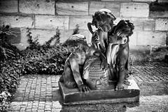 Ernte-Helfer (Helmut Reichelt) Tags: bw sw ernte helfer erntehelfer skuptur bürgermeistergarten tiergärtnertorplatz burg kaiserburg nürnberg franken bavaria deutschland germany sommer august leica leicam typ240 captureone10 silverefexpro2 leicasummilux50mmf14asph