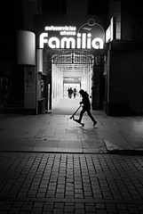 RECREO EN FAMILIA (oskarRLS) Tags: street calle night noche recreo joy play boy kids monocrome monicromo bw blackwhite wheels ride
