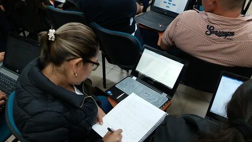 Docentes consultando Wikipedia en Red Local desde dispositivos móviles