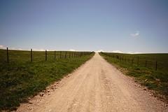 Strada per il cielo!!! (Enzo Ghignoni) Tags: strada cielo nuvole prati verde recinzione filo azzurro fiori sassi