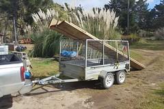 Holz-Transport mit Überraschung. Besser ein Hänger benutzen, der für schwere Lasten ausgelegt ist!