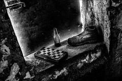 La partie est terminée... / The game is over... (vedebe) Tags: noiretblanc netb nb bw monochrome jeux jouet urbex decay abandonné