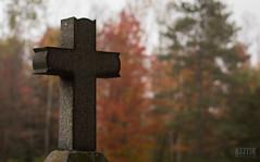 Cross & Autumn 1 (Keztik) Tags: cemetery cimetiere nikon d3200 croix cross tombstone fall autumn automne bokeh lennoxville malvern