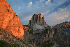 Sunrise in the Dolomites (echumachenco) Tags: tscheinerspitze sforcella rotwand rodadivaèl sunrise red alpenglow sky cloud morning rock limestone rosengartengruppe catinaccio alps mountain mountainside dolomiten dolomites dolomiti outdoor hiking landscape grass trail peak summit ridge crest gully trentino altoadige southtyrol südtirol italy italien italia nikond3100