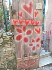 389 (en-ri) Tags: bianco rosso genova zena wall muro graffiti writing porta door cuoricini hearts fiorellini little flowers