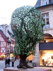 Dijon - Place François Rude Dijon - oeuvre de Gloria Friedmann (odile.cognard.guinot) Tags: bourgognefranchecomté bourgogne placefrançoisrude sempervirens gloriafriedmann côtedor dijon