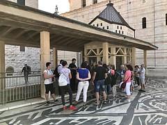 18 - Zarándokok az Angyali üdvözlet temploma előtt / Pútnici pred Bazilikou Zvestovania