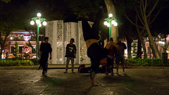 Urban BreakDancers (Omar RG) Tags: nightphotography longexposure longexpohunter exposiciónprolongada fotografianocturna fotografiadecalle centrohistorico puebla zocalo artistasurbanos breakdancers baile streetdancer