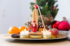 Pyramide Weihnachten mit Dekoration (wuestenigel) Tags: merrychristmas einrichtung moderneweihnachten weihnachten interiordesign weihnachtspyramide christmas dekoration decoration fruit obst food lebensmittel apple apfel noperson keineperson sweet süss table tabelle stilllife stillleben celebration feier delicious köstlich color farbe summer sommer candle kerze desktop closeup nahansicht plate teller healthy gesund refreshment erfrischung grow wachsen