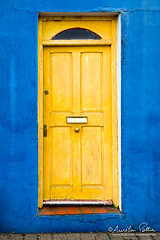 Dingle, la porte jaune (Aurelien Pottier) Tags: porte door architecture entrée mur wall façade bâtiment jaune yellow bleu blue dingle péninsulededingle dinglepeninsula kerry cokerry countykerry europe irlande ireland républiquedirlande republicofireland 2017 ie