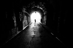Al final del túnel .... (davidgv60) Tags: david60 color monocromo calle street ciudad urban gente people sombras bw black white blackwhite photos blanconegro blur difuminado blancoynegro photodgv