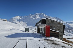 Nätschen Oberalp - Abandoned MGB Station (Kecko) Tags: 2017 kecko switzerland swiss schweiz suisse svizzera innerschweiz zentralschweiz uri nätschen oberalp pass oberalppass matterhorngotthardbahn railway railroad mgb eisenbahn bahn bahnhof station gleis track schmalspur mountain snow schnee verlassen abandoned swissphoto geotagged geo:lat=46642490 geo:lon=8612580