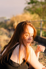 Tailís Scarmin (mariliaapolonio) Tags: atriz actress essay photoessay woman womanphotographer photography train trainline linhadotrem ensaio ensaiofotografico teatro ginger ruiva sunset pordosol externa location