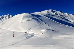 Francja, Alpy, La Plagne (HALGAW) Tags: francja alpy laplagne zima winter śnieg snow góry mountain narty ski niebo sky błękit blue wyciągnarciarski skilift trasanarciarska skirun widok panorama landscape szafir sapphire świt morgendämmerung dawn