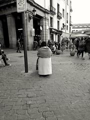 Madrid (pausa) (Eliazar Torre) Tags: madrid españa spain city ciudad callejeandoenmadrid callejeando blancoynegro blackandwhite bw sentada mercadodesanmiguel movilgrafias momentos