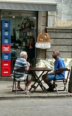 aguardando a cerveja (lucia yunes) Tags: bar bares amizade amigos botequim convivência conversa conversadebotequim streetscene cenaderua boteco streetphoto motoz luciayunes