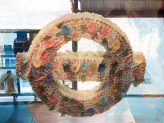 The London Transport Museum's Floral Wreath (Steve Taylor (Photography)) Tags: londontransportmuseum floral wreath art digital display sign shop museum uk gb england greatbritain unitedkingdom london flower symbol texture