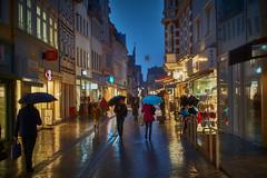 Regenwetter in der Fußgängerzone (.rog3r1) Tags: regen fusgängerzone hameln menschen people rain leica sl summilux 50mm 14