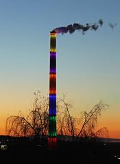 Lulatsch bei Dämmerung (menzelhd) Tags: lulatsch schornstein chemnitz sachsen deutschland dämmerung horizont esse kraftwerk energie led beleuchtung