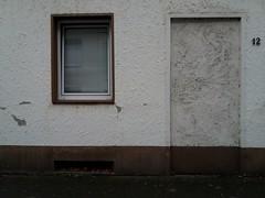 Kuchenstraße Zwölf (QQ Vespa) Tags: tür haustür fenster alteshaus house door window öde verlassen leer lostplaces lost zugemauert jalousien twelf 12 zwölf