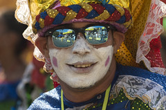 Tout est dans les lunettes (Rosca75) Tags: carnaval carnavaldebarranquilla barranquilla colombia colombie people lifestylephotography streetphotography portrait portraiture men